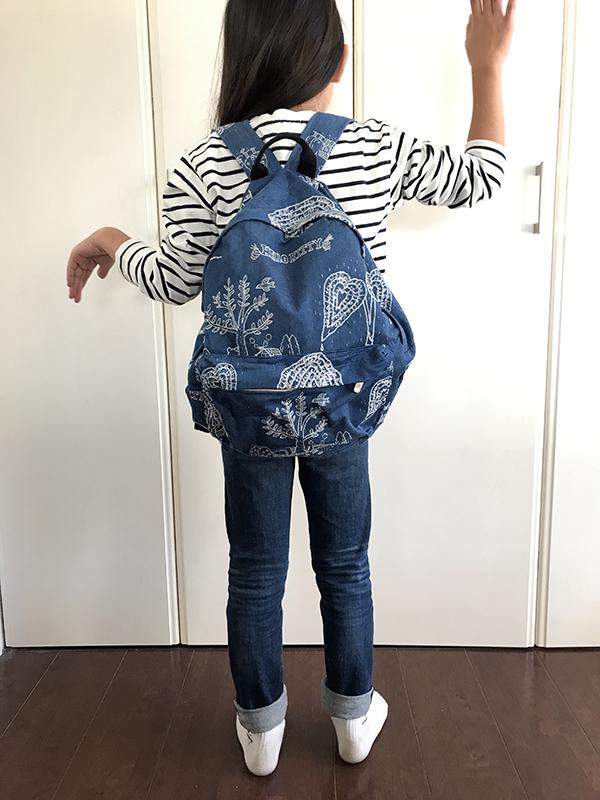 小学生の娘が大サイズのリュックをからった画像
